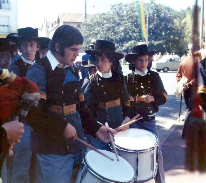 Xavier Pelliet au Bagad de Plomodiern au début des années 1970